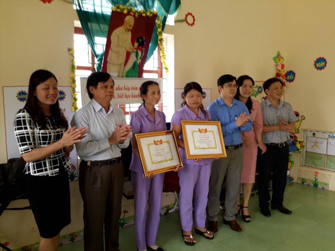 Sở Giáo dục - Đào tạo Nghệ An tặng giấy khen cho hai cô giáo mầm non dũng cảm cứu trẻ dù bị ong đốt suýt chết