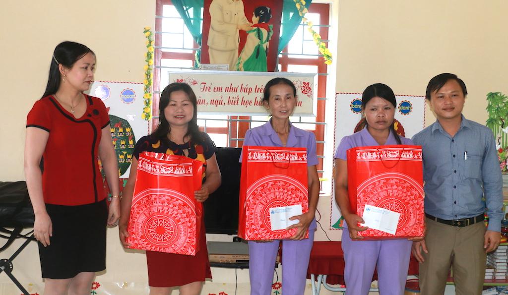 Đại diện doanh nghiệp địa phương cũng có những phần quà gửi đến hai cô và các trẻ bị ong rừng đốt.