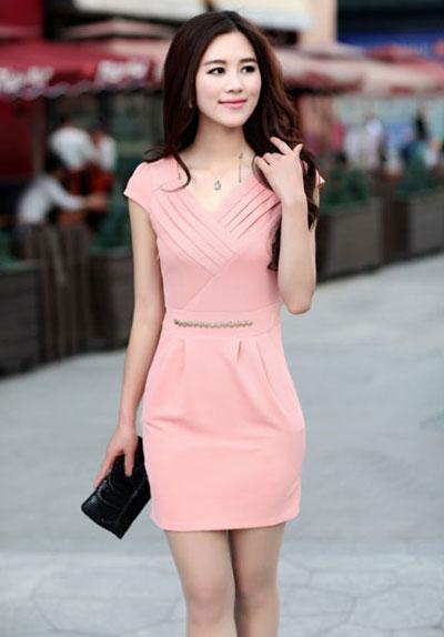 Phụ nữ tuổi 30 nên chọn những bộ đồ công sở sắc màu nhẹ nhàng thay vì quá sáng hoặc quá tối