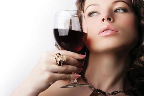 Rượu vang đỏ được coi là một trong các bí quyết làm đẹp trị nám