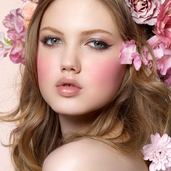 Má hồng làm bừng sáng khuôn mặt