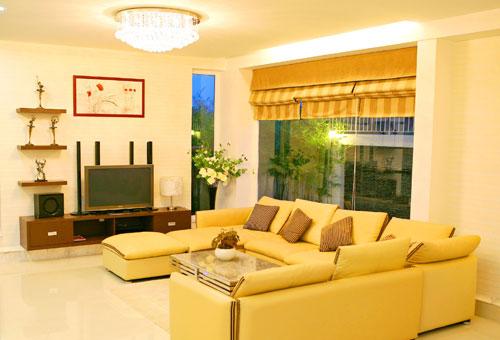 Một góc phòng khách sang trọng hiện đại với kính trắng nhìn ra vách hông nhà được trang trí đá mới lạ