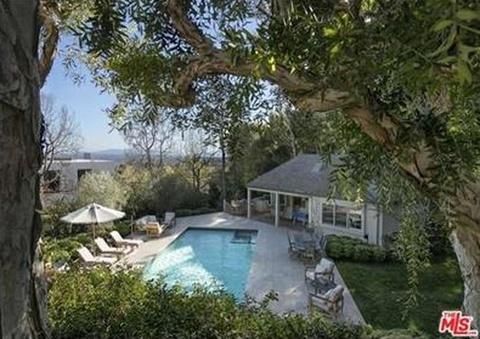 Bể bơi sang trọng trong khuôn viên biệt thự