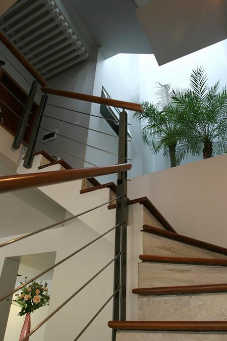 Cầu thang ấn tượng cùng giếng trời nhiều cây xanh tạo thành không gian riêng cho ngôi biệt thự tiền tỷ