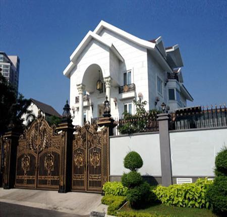 Biệt thự này nằm trên con đường Nguyễn Văn Hưởng (quận 2 - TP.HCM). Ngôi biệt thự và không gian xung quanh có diện tích khoảng 500m2 với kiến trúc cổ điển, sang trọng. Ảnh Vietnamnet