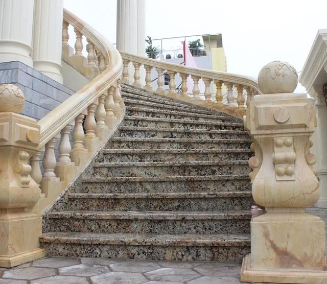 Lan can cầu thang tòa nhà cũng được tạc bằng đá