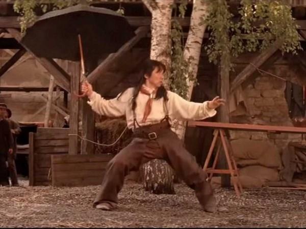 Thành Long (Jackie Chan) sử dụng ô trong một bộ phim