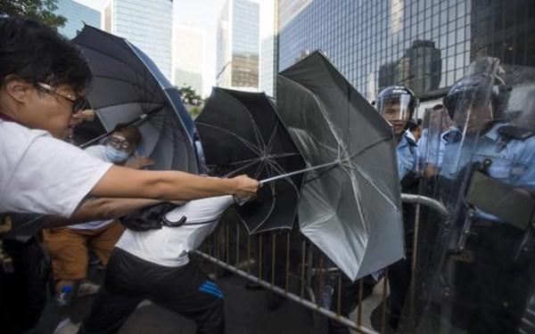 """Việc người biểu tình Hong Kong dùng ô có thể được coi là một loại """"vũ khí tấn công."""""""