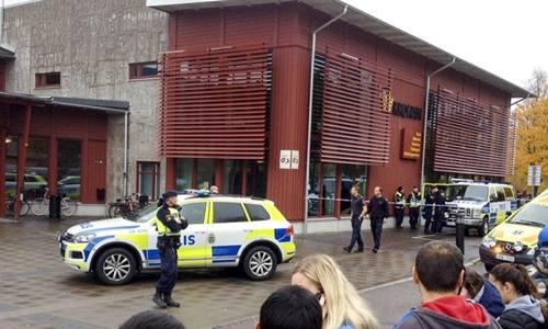 Cảnh sát phong tỏa khu vực phía ngoài hiện trường xảy ra vụ tấn công