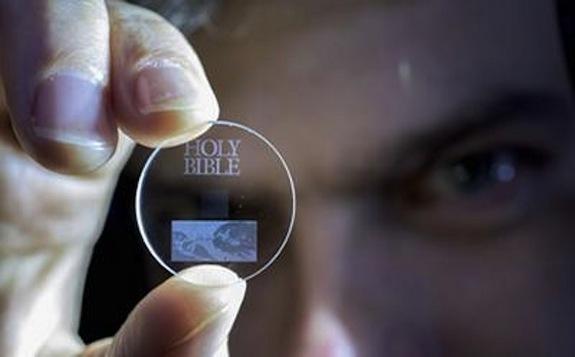 Bộ nhớ thủy tinh có dung lượng 360 TB siêu nhỏ và thời gian lưu trữ dữ liệu lên đến 13,8 tỷ năm