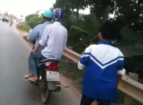 Bố xích con vào sau xe máy vì bỏ nhà đi chơi game