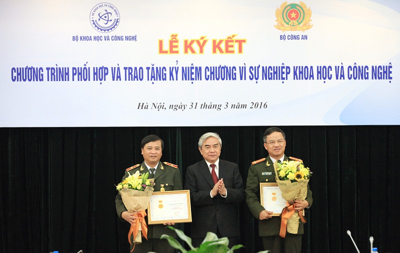 Bộ trưởng Bộ Khoa học và công nghệ Nguyễn Quân trao Kỷ niệm chương Vì sự nghiệp Khoa học và công nghệ cho các lãnh đạo Bộ Công An