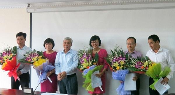 Tổng cục trưởng Tổng cục Tiêu chuẩn Đo lường Chất lượng Ngô Quý Việt trao quyết định và tặng hoa cho các đồng chí được bổ nhiệm chức vụ mới.