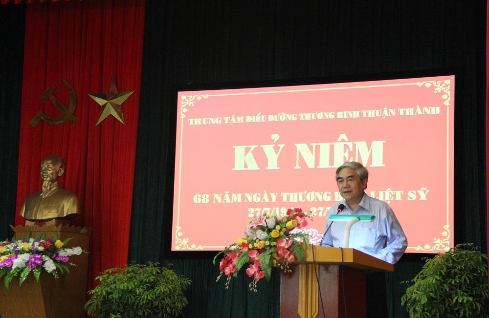 Bộ trưởng Nguyễn Quân thăm và tặng quà cho các thương bệnh binh nặng ở Trung tâm Điều dưỡng Thương binh Thuận Thành (Bắc Ninh).