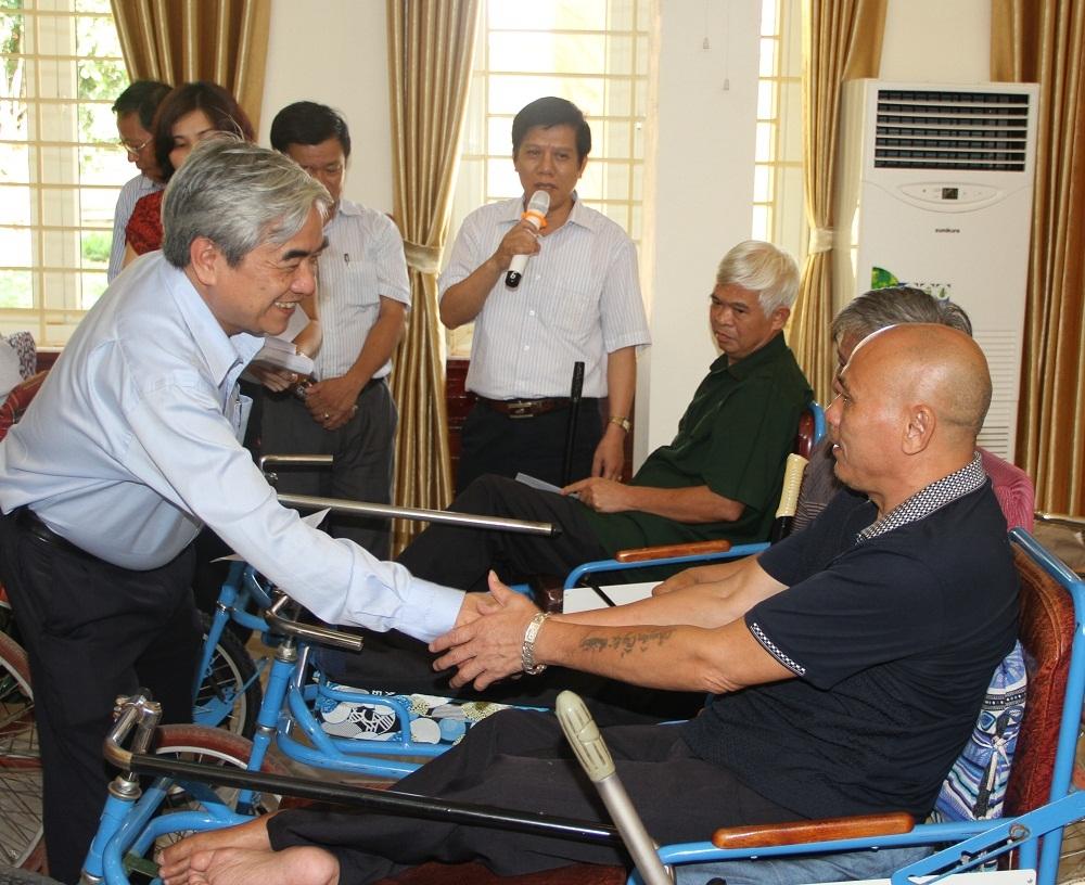 Bộ trưởng Nguyễn Quân trực tiếp thăm hỏi và tặng quà cho các thương bệnh binh của Trung tâm Điều dưỡng Thương binh Th