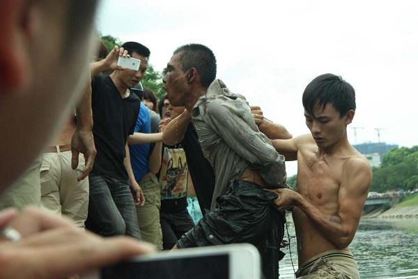 Bị truy đuổi người đàn ông bơi trên sông Tô Lịch