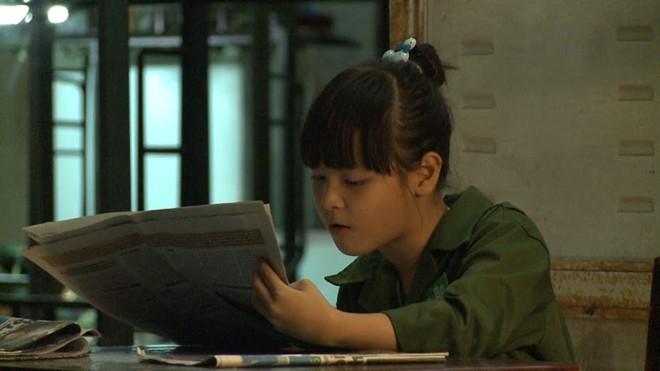 Các bé tham gia nhiệm vụ đọc báo cho doanh trại nghe