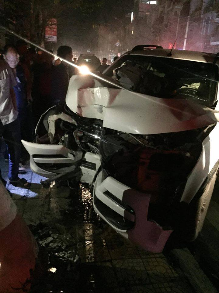 Chiếc xe bị lõm lại phần đầu do đâm phải cột điện