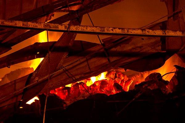 Vụ cháy ở KCN Hải Yên, Quảng Ninh: Lửa bùng phát khiến xưởng sợi tiếp tục cháy trong đêm