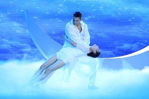 Angela Phương Trinh cùng bạn nhảy Kris kể cho khán giả Bước nhảy hoàn vũ 2015 xem một chuyện tình có thật ở Bulgaria