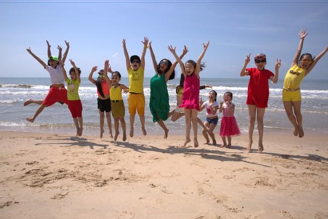 11 thí sinh của đội Đoan Trang - Hà Lê đã có những giờ phút thư giãn sảng khoái trên bãi biển