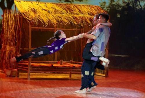 Angela Phương Trinh cũng không quên tận dụng những cú tung người trên không trong Bước nhảy hoàn vũ 2015 để khẳng định khả năng Dance sport