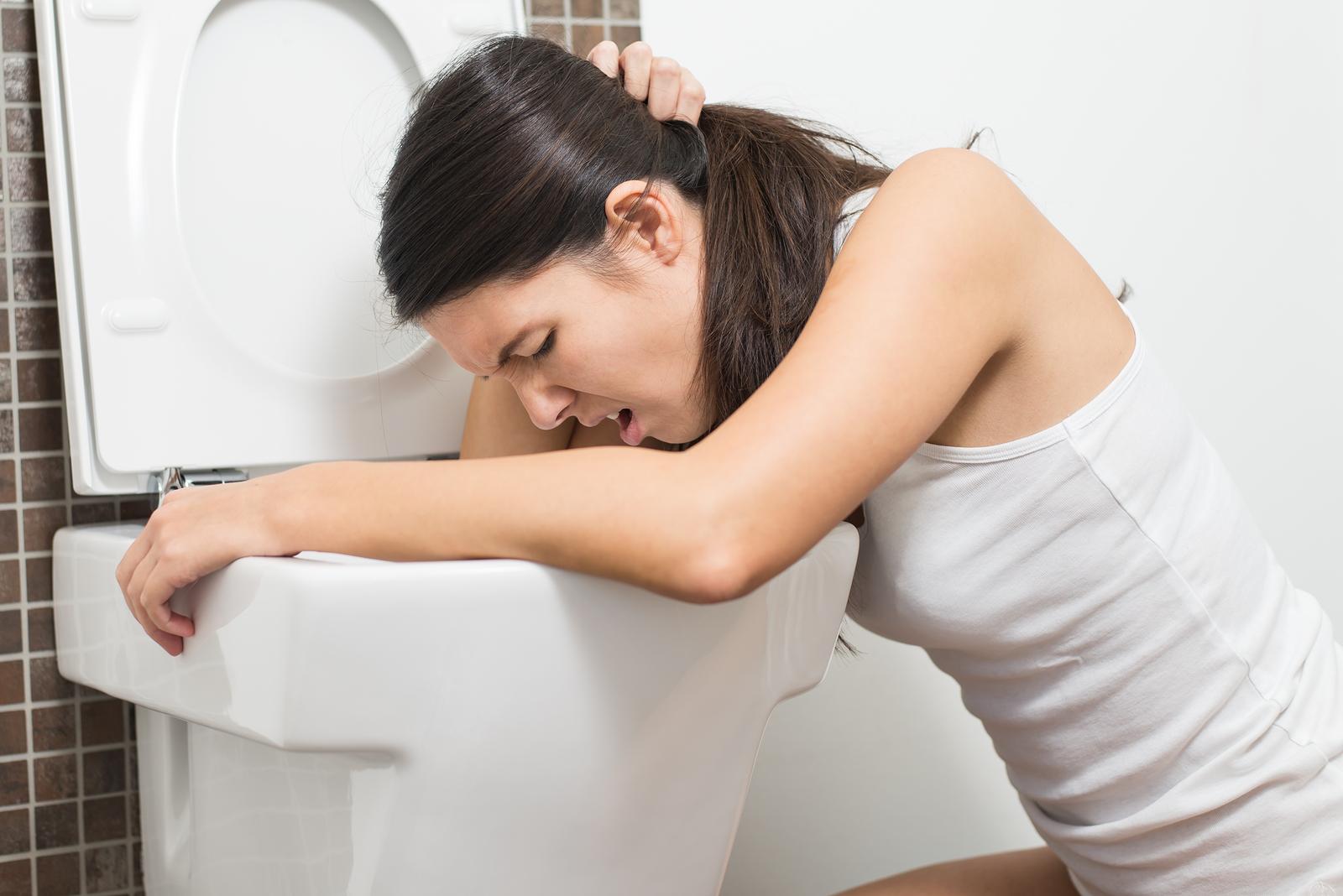 Buồn nôn,nôn cũng là triệu chứng thường gặp của bệnh ung thư gan