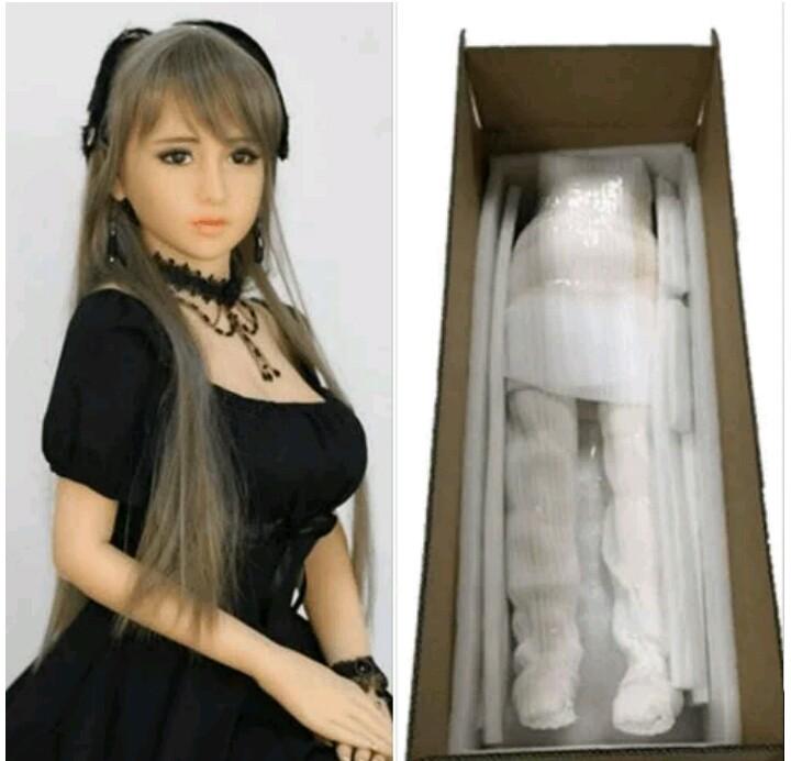 Công ty ShengYi cho hay mẫu búp bê bé gái này được thiết kế hệt như một con robot và hướng đến đối tượng khách hàng là đàn ông. Khi có người đặt mua, nó được bọc lại, đặt trong một chiếc hộp bằng gỗ rồi gửi cho khách.