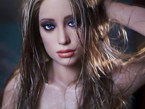 Khách hàng của RealDoll có thể tự mình quyết định về loại hình cơ thể và làn da, mái tóc và màu mắt cho mỗi búp bê họ đặt hàng. Matt McMullen đã chứng minh rằng một số người sẵn sàng bỏ ra hàng nghìn USD để mua búp bê tình dục.