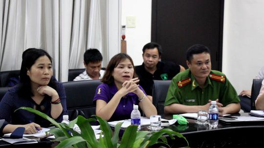 Đại diện cảnh sát môi trường (phải) tham gia buổi làm việc