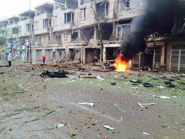 Vụ nổ ở Văn Phú - Hà Đông tạo ra lửa lớn và khói đen kịt - (Ảnh Facebook Trịnh Tú).
