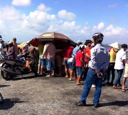 Rất đông người kéo đến xem và định giá con cá sủ vàng của ngư dân Nguyễn Minh Nhật