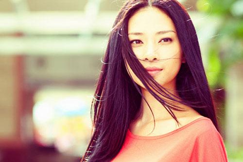 Một trong các kiểu tóc đẹp cho những người có khuôn mặt vuông không thể bỏ qua là kiểu tóc thẳng tỉa tầng rẽ ngôi giữa