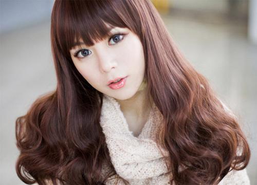 Kiểu tóc uôn lọn lớn là một trong các kiểu tóc đẹp rất phù hợp với những người có khuôn mặt dài