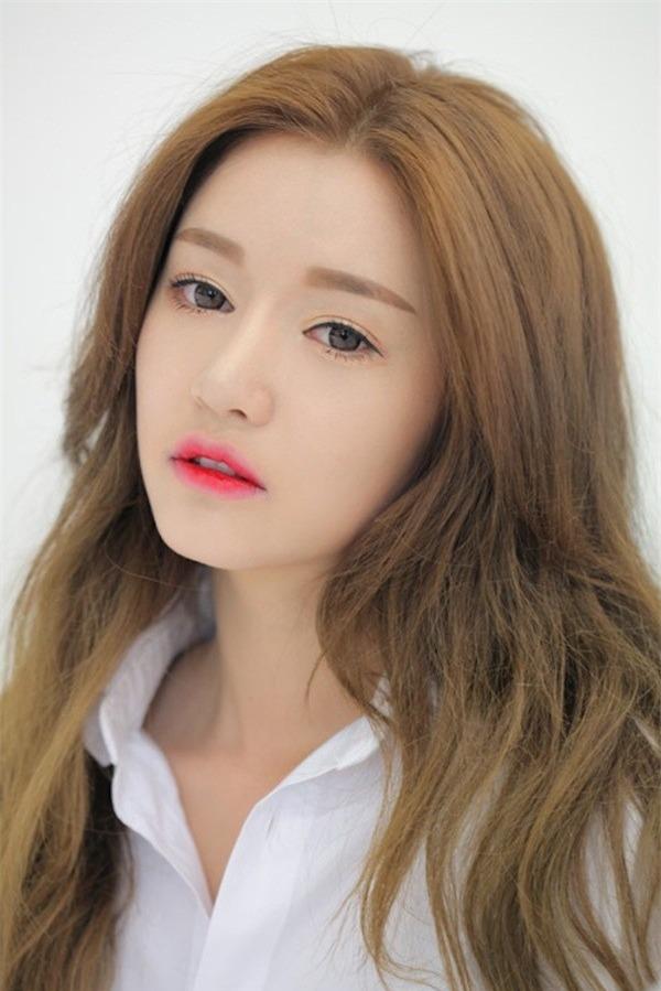 Một mái tóc suôn dài không mái là đủ để tạo nên vẻ đẹp hoàn mỹ cho gương mặt tròn