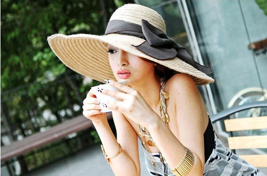 Cách chăm sóc tóc hiệu quả khi đi ra nắng chị em nên biết là đội mũ rộng vành