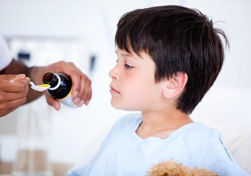 Tự ý mua thuốc điều trị cảm cúm là cách chăm sóc trẻ mùa đông sai lầm nên tránh