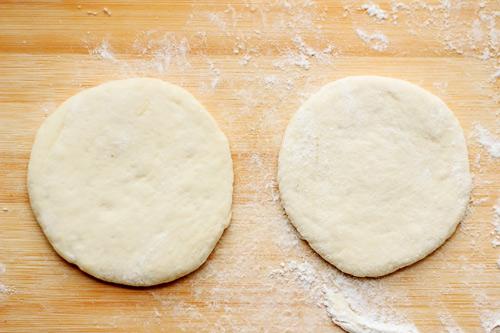 Cắt bánh thành các phần nhỏ rồi ấn dẹt phần bột có độ dày khoảng 0,5cm