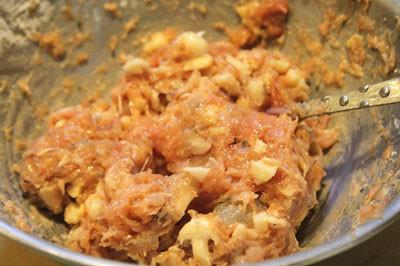 Trộn đều thịt băm, tôm, mộc nhĩ, trứng, gia vị