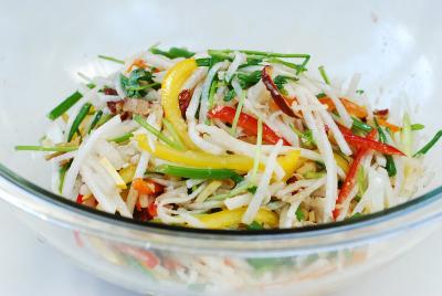 Tẩm ướp và trộn đều các loại rau, củ, quả để muối kèm cùng kim chi cải thảo