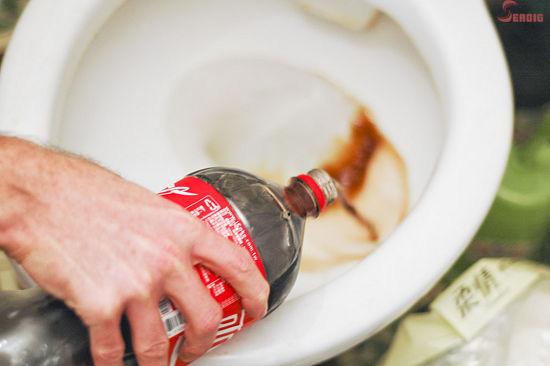 Các bà nội trợ có thể thử các cách tẩy sạch bồn cầu bị ố vàng với chanh, coca hoặc dấm trắng