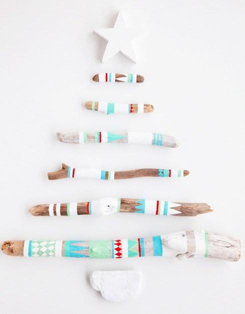 Cách làm cây thông Noel trên tường từ cành cây, khúc gỗ