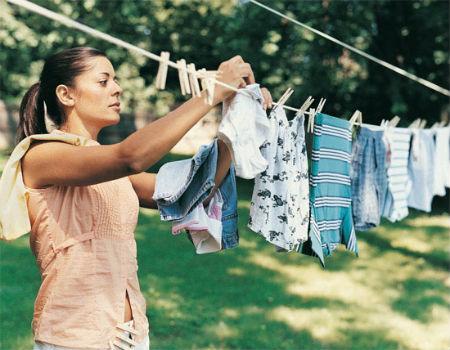 Nên phơi quần áo vào sáng sớm để có thời gian phơi, khô lâu hơn