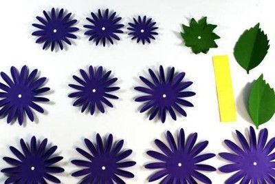 Đầu tiên, hãy in các mẫu bông hoa ra giấy rồi khéo léo cắt rời chúng ra