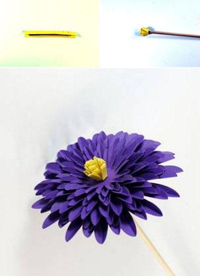 Cắt tờ giấy màu vàng thành một dải nhỏ để làm nhụy cho bông hoa