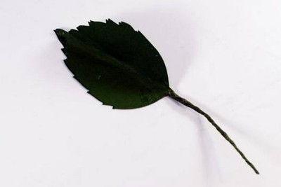 Hãy cắt giấy và làm thành những cánh lá cho cành hoa thêm đẹp, như vậy là đã hoàn thành xong một bông hoa rồi