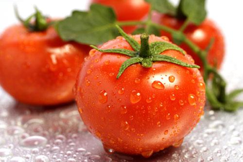 Cách làm trắng da nhanh chóng với cà chua nguyên chất rất dễ dàng thực hiện hàng ngày