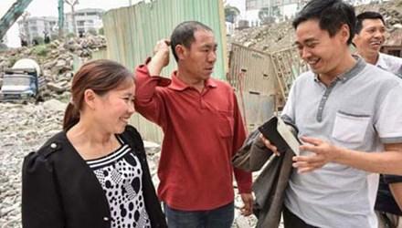Vợ chồng bà Luo Kaisu (trái) và ông Ji Yuankui (giữa) ngượng ngùng khi được ca ngợi là những người hùng