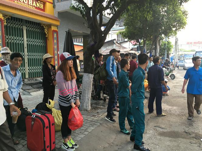Hàng ngàn hành khách khốn khổ vì ga Sài Gòn bị cô lập, đường sắt Bắc Nam tê liệt sau vụ tai nạn sập cầu Ghềnh ở Đồng Nai