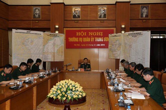 Thường vụ Quân ủy Trung ương họp với Bộ Tổng Tham mưu và các cơ quan chức năng chỉ đạo các biện pháp quyết liệt trong cứu hộ cứu nạn máy bay CASA 212 và Su-30MK2. Ảnh Tuổi Trẻ